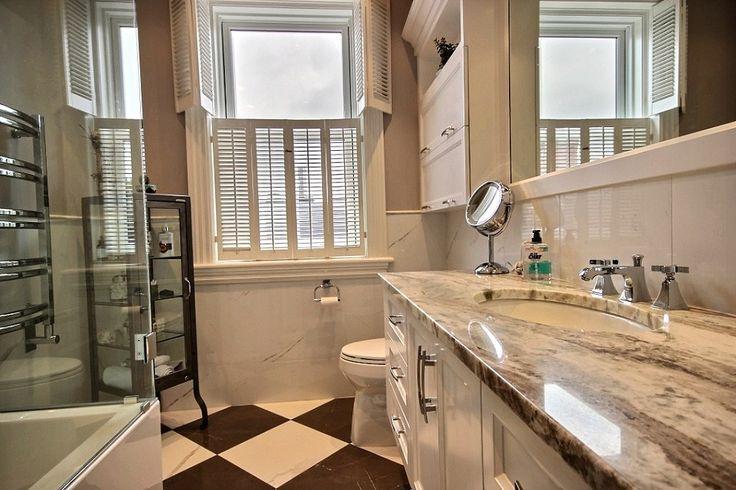 DR - Thermos doors and granit counter. Portes en thermoplastique et comptoir en granite. bathroom design / salle de bain alpin