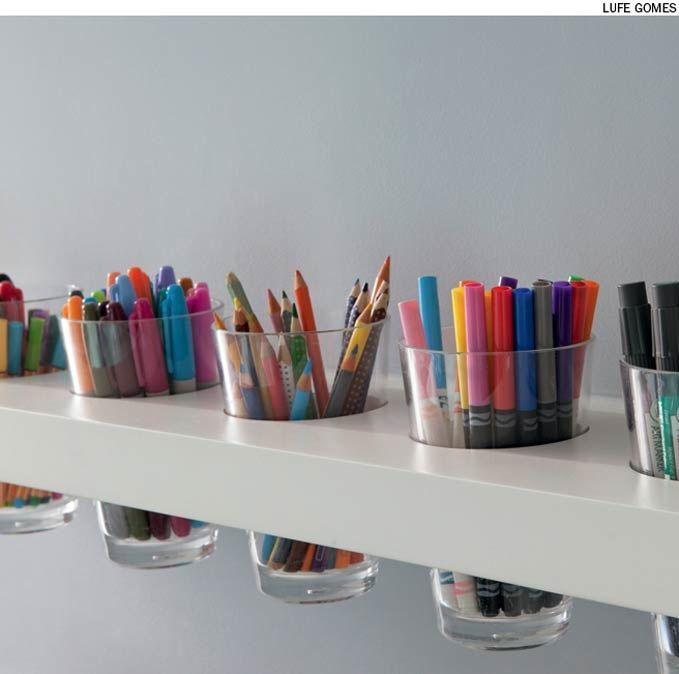 No escritório, os lápis e canetas podem ficar em copos encaixados na prateleira.: