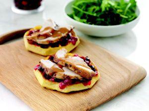 hanksgiving Sandwiches – Los sándwiches de pavo con una nueva imagen. Aprovecha los sobrantes de salsa de arándanos y pavo sobre waffles calientes y añade un toque de gravy.                                                                                                                                                                                 Más