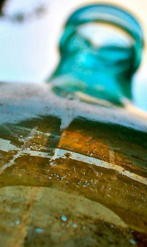 接写した青い小瓶のiPhone壁紙 | 壁紙キングダム スマホ版