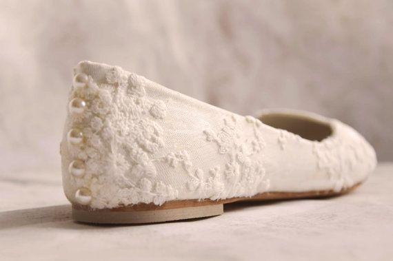 Gehen Sie den Gang in diese Spitzen Hochzeitsschuhe. Schuhe sind Elfenbein Spitze Hochzeit Wohnungen / Elfenbein Spitzen Hochzeitsschuhe flach und Sie fühlen können während der ganzen Ihre Hochzeit. Weiße Spitzen Hochzeitsschuhe mit überlagert mit zarten Spitzen und Perlen auf der Rückseite. Elfenbein Spitzen Braut Schuhe Farbe mit Perle Tasten auf Rückseite. Sagen Sie, dass ich mit diesen Spitzen Hochzeitsschuhe zu tun.  WICHTIG Diese Schuhe hat Elfenbein Schatten, sie sind nicht weiß! ...