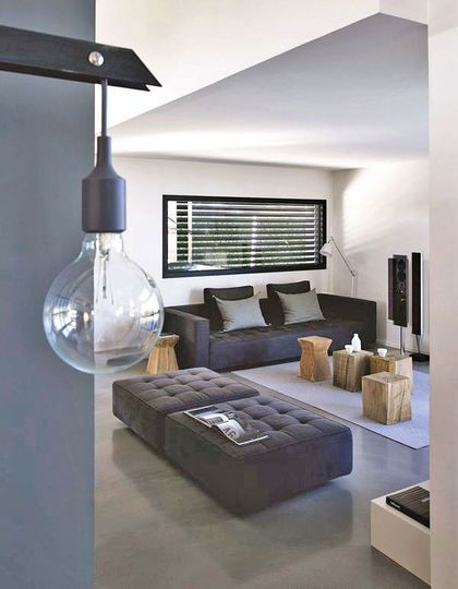 Salon contemporain et design dans les tons gris et noirs Plus de photos sur Côté Maison http://petitlien.fr/7ih6