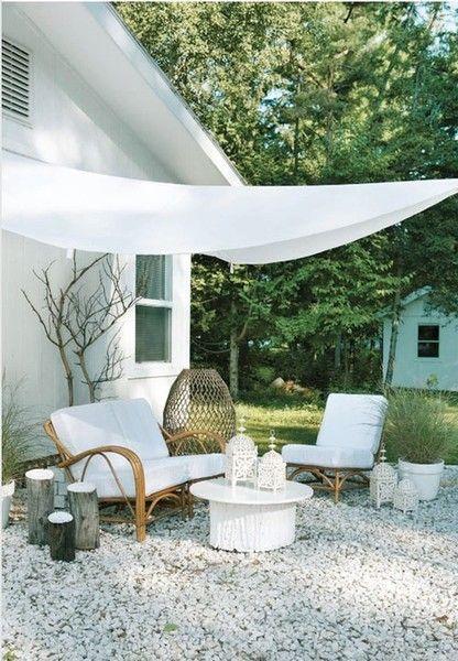 Een droomtuin hoeft niet groot te zijn. Zoek de beste hoek op van je tuin en creëer eenvoudig een zithoekje. Een laken is overigens erg prettig voor direct zonlicht