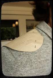 JOKEY: volante que formaba una hombrera colocada en la parte superior de la sisa de la manga.