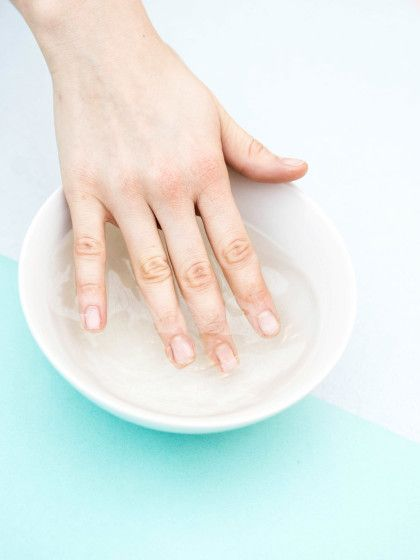 Tipp für die perfekte Maniküre: Nägel vorher in Essig und Wasser tauchen.