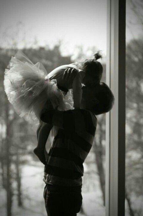 hombre cargando a su hija que usa un tutu de bailarina de balet