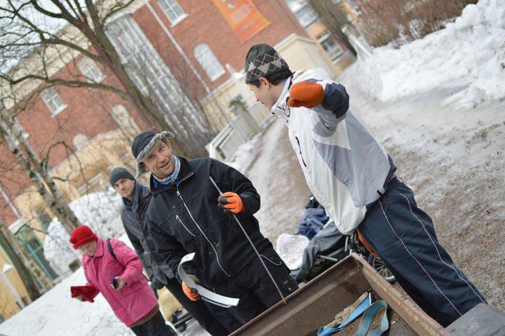 Oululaisille ovat tuttuja Mäkisen ja yhteistyökumppaneiden toteuttamat Nallikarin Talvikylä ja kauppatorin lumimaailmat sekä Kemin lumilinna. Lumirakennelmia on syntynyt muuallekin Suomessa ja ulkomailla. Oulu (Finland)