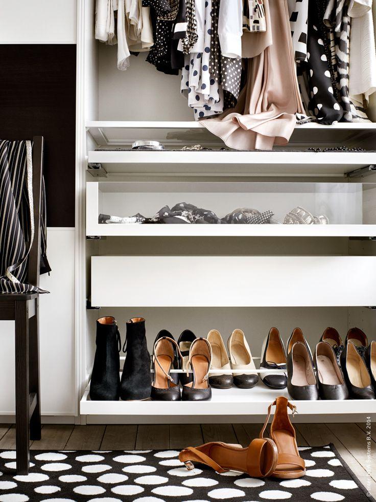 Hitta lätt med KOMPLEMENT låda med glasfront och KOMPLEMENT utdragbart hyllplan med skostöd. Pricka rätt med ULLGUMP matta.