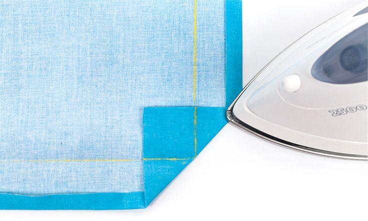 Heute haben wir mal wieder einen Näh-Tipp für Euch: Um schöne Ecken an rechteckigen Stoffteilen wie z.B. an Tischdecken, Platzsets und Vorhängen zu erhalten, werden die Ecken als sogenannte Briefe