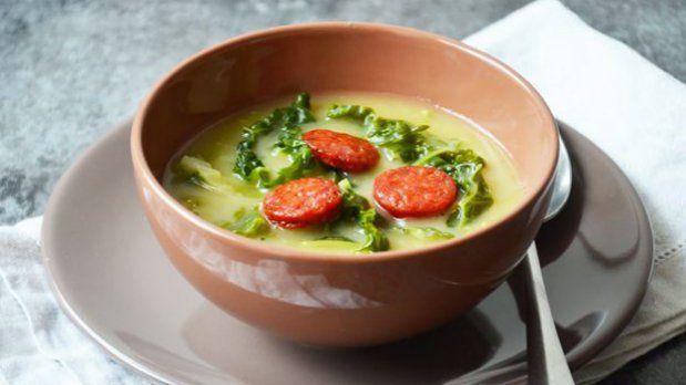 Kapustová Caldo verde je tradiční portugalská polévka, která má velkou šanci…