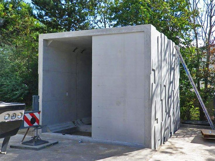 Des modules CADRE spécifiques ont été créés à la fois pour les locaux D3E, DDS ainsi que pour la réalisation des locaux de l'exploitant.  Mais ce qui reste le plus remarquable dans ce projet, c'est la finition matricée des modules. Cette prouesse technique en préfabrication a été relevée par l'usine Chapsol de Soissons, constituant ainsi très certainement les premiers Cadres préfabriqués matricés du marché.#decheterie #mursbeton #mursprefa #modulecadre #ouvragecadre