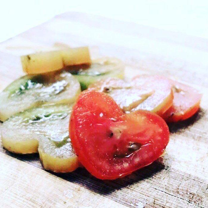 Huzurlarınızda yeşil ve kırmızı kalp domateslerimiz!  #shapedfruit #foodart #domates #şekillimeyve