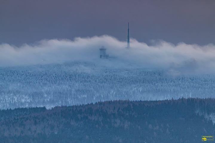 Wie ein Teppich legen sich die Wolken auf den Brocken.  Guten Morgen Ich wünsche einen schönen Mittwoch Schöne Grüße  (Teilen ist erlaubt und erwünscht!)  #Brocken #Wolken #Wolkenteppich #Winter #Oberharz #Harz #Schnee #Nordharz #Abbenrode #Landscape #Nature #Canon #GutenMorgen #Wernigerode