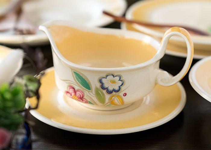 ノーズゲイとは「小さな花束」のことで、 イギリスでは、ビクトリア朝時代の貴族たちは、花言葉を学び、 愛する女性に「ノーズゲイ/nosegay」と数種類の花を組み合わせた花束を贈り、想いを伝えたそうですよ♪  スージークーパー/Susie Cooper ノーズゲイ/Nosegay イエロー/Yellow ソースボート&ソーサー