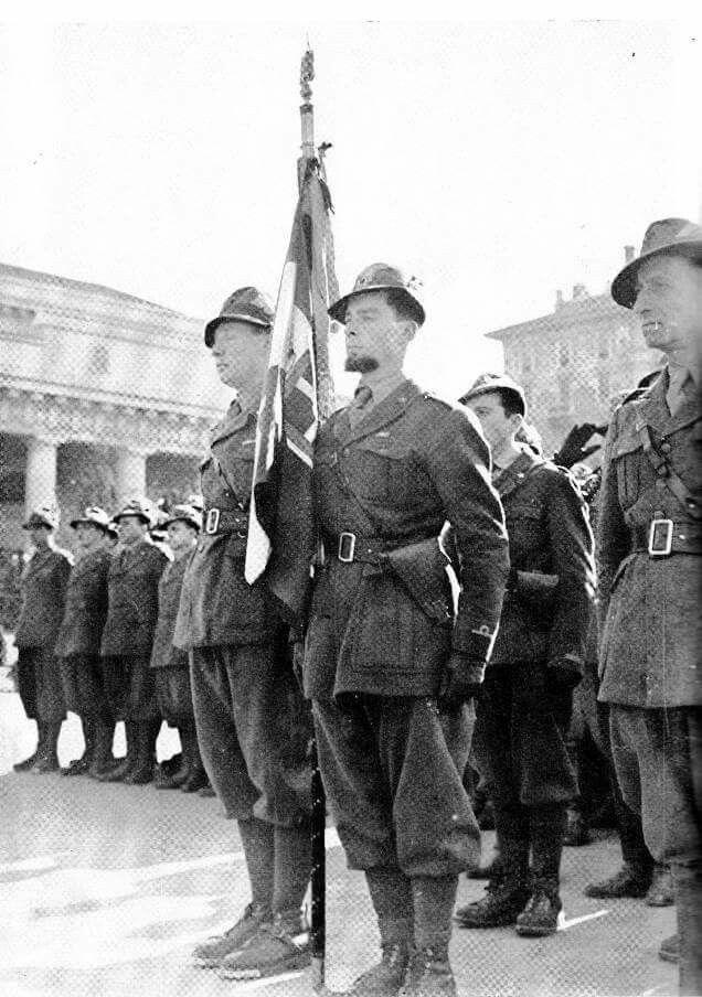 La Bandiera del 5° Rgt Alpini, al ritorno dalla Russia ,1943