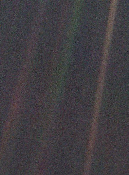"""Вислава Шимборская. Здесь  """"Не знаю как где, но тут на Земле полно всякого. Здесь изготовляют стулья и унынье, ножницы, скрипки, нежность, транзисторы, плотины, остроты, чайные чашки.""""  """"Бледно-голубая точка"""". Фотография Земли, сделанная зондом """"Вояджер-1"""" с окраины Солнечной системы, с расстояния около 6 млрд км, по предложению Карла Сагана. 1990"""