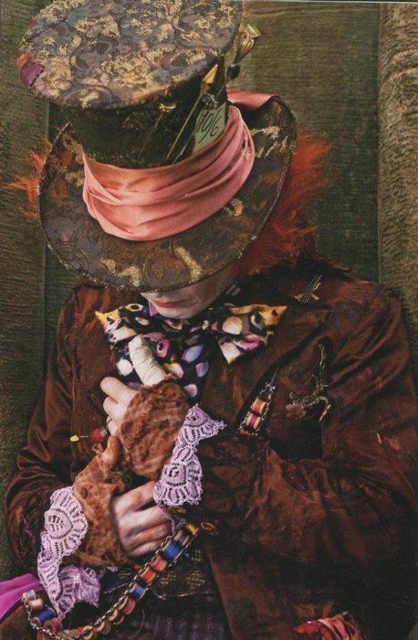 La gente vede la follia nella mia colorata vivacità e non riesce a vedere la pazzia nella sua noiosa normalità! Il Cappellaio Matto di Alice in Wonderland