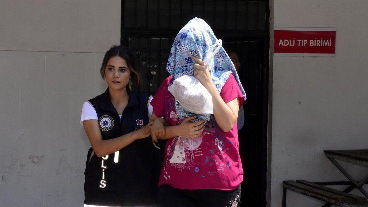 Gazete Duvar /// 'Hero' tişörtü giyen gençler adliyeye sevkedildi