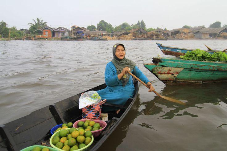 Pasar Terapung Muara Kuin - Indonesia Travel