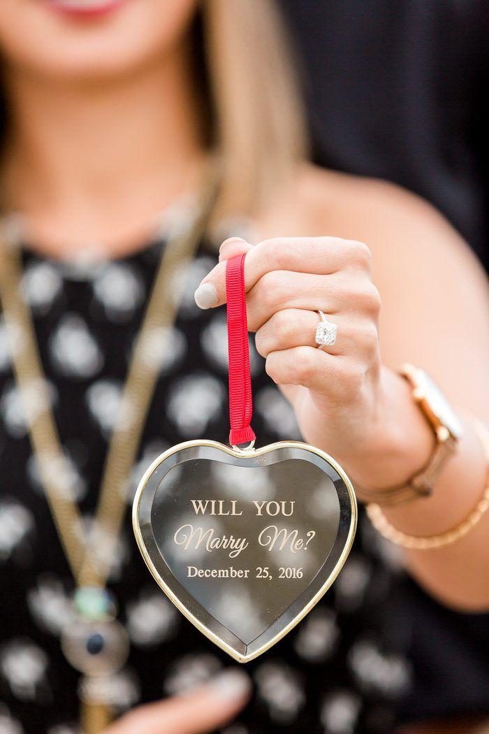 Diese personalisierte Verzierung ist für einen Weihnachtsantrag so perfekt!   – Engagement Photo Inspiration