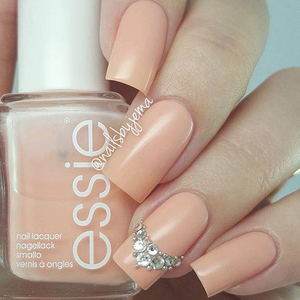 Super delicadas ✨✨ por @nailsbyjema #nudenails #strass #sparkles #unhas #nails…