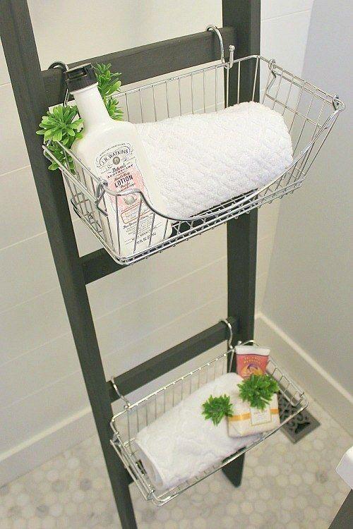 Ou então, use uma escadinha de madeira, ganchos em S e cestas para fazer um lindo armário de banheiro.