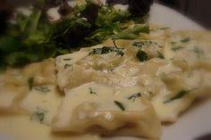 Aprenda a preparar a receita de Ravioli com recheio de ricota, rúcula e tomate seco regado ao molho Alfredo