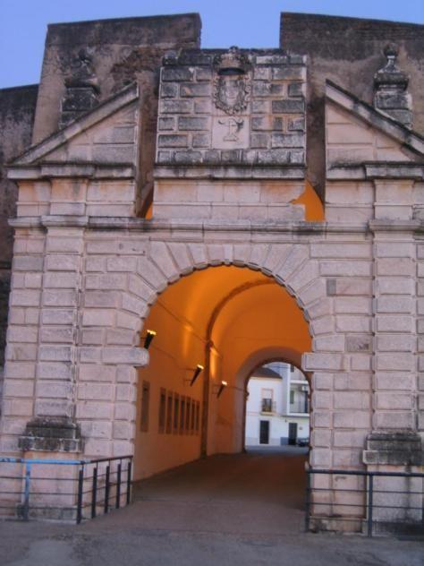 Una de las potentes puertas defensivas de Olivenza.
