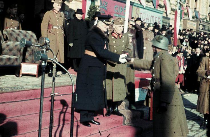 Kossuth tér, ünnepség a frontról hazatért katonák tiszteletére a Városháza előtt. Horthy Miklós kormányzó az ünnepség keretében kitüntetést ad át. Mellette Keresztes-Fischer Lajos altábornagy, hátul Bartha Károly vezérezredes, honvédelmi miniszter.