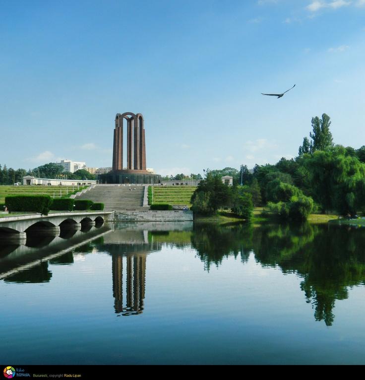 Mausoleul din Parcul Carol, denumit în timpul regimului comunist Monumentul eroilor luptei pentru libertatea poporului și a patriei, pentru socialism, este un monument amplasat în Parcul Carol I, sectorul 4 al municipiului București, pe Dealul Filaretului. © Radu Lipan