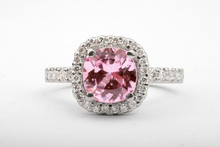Sofia-sormus platinaa. Pinkki safiiri ja timantit.