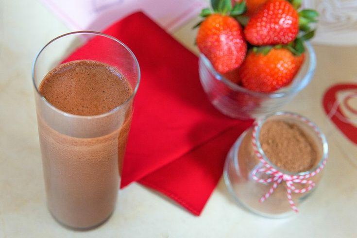 Vier liefde en geluk elke dag met deze heerlijke Chocolade Aardbeien Blast, die niet alleen een gezonde dosis antioxidanten en vitamines bevat, maar ook nog eens een veel eiwitten. Door deze blast heb je snel een verzadigd gevoel. Kortom een heerlijke boost om uw dag mee te beginnen.   Ingrediënten: 1 hand vol spinazie 6 aardbeien 2 theelepels cacaopoeder ¼ rode biet 1½ beker ongezoete amandelmelk