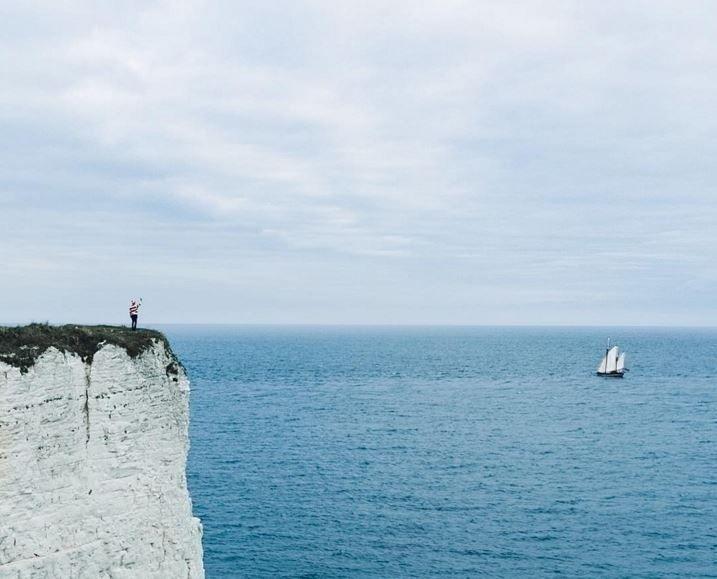 """Aqui, """"Wally"""" aparece acenando para uma embarcação desde um penhasco do condado litorâneo de Dorset, na costa sul da Inglaterra"""