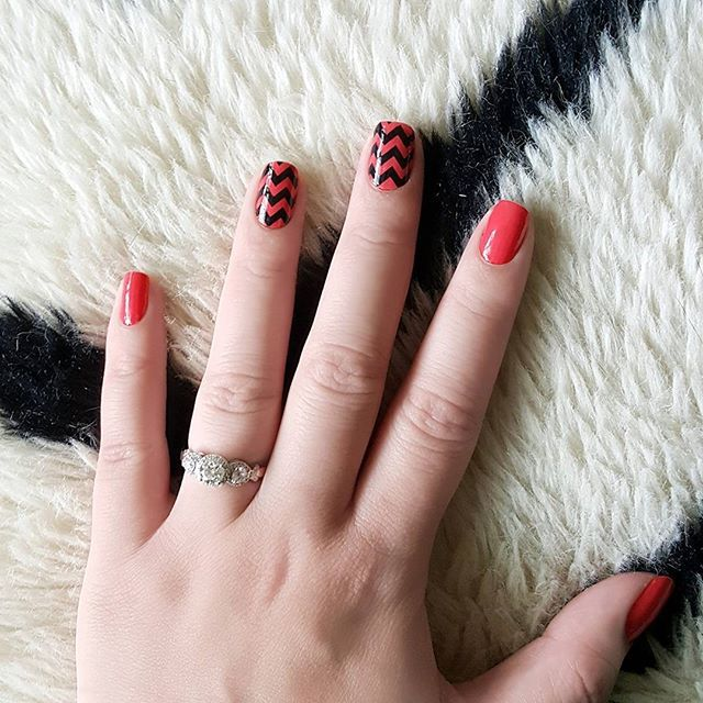 """Our #manimonday nail pairing: fiery orange """"Sriracha,"""" topped with clear chevron """"Fast Forward"""" accent nails for an added punch! 👊💥 #incoco #nailart #accentnail #chevronnails #summernails #notd"""