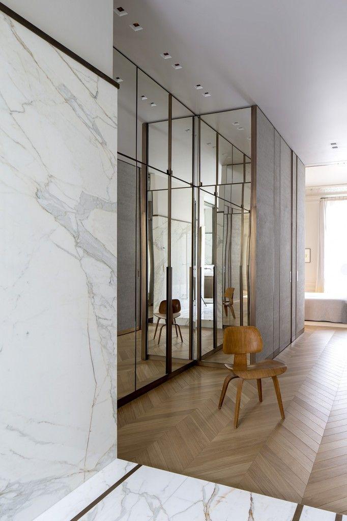 Décoration très chic, mixe parquet point de Hongrie et marbre blanc. Dressing miroir avec laiton