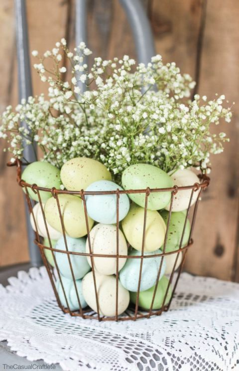 WIRE EASTER BASKET – This is the centerpiece your Sunday brunch needs. Fill up a wire basket with speckled eggs and baby's breath, and the entire tablescape comes alive. Click for the full tutorial and for more easter basket ideas.