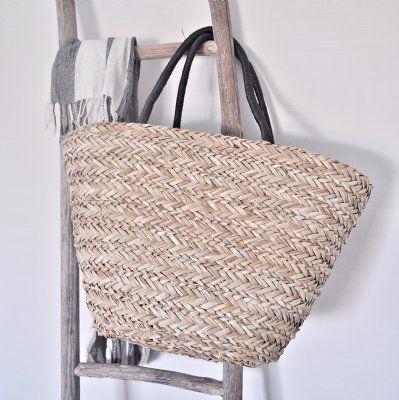 Snygg flätad stråväska med dragsko. Perfekt storlek som passar som strandväska, shoppingväska eller använd den till förvaring. Det finns äve...