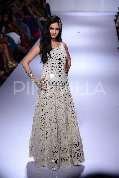 Sonal Chauhan walks for Purvi Dosh at LFW | PINKVILLA