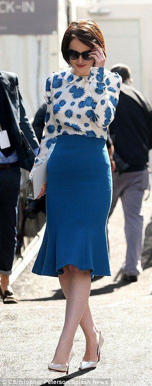 Saia com recorte na linha da pence e volume maior na parte de baixo. #skirt #saia