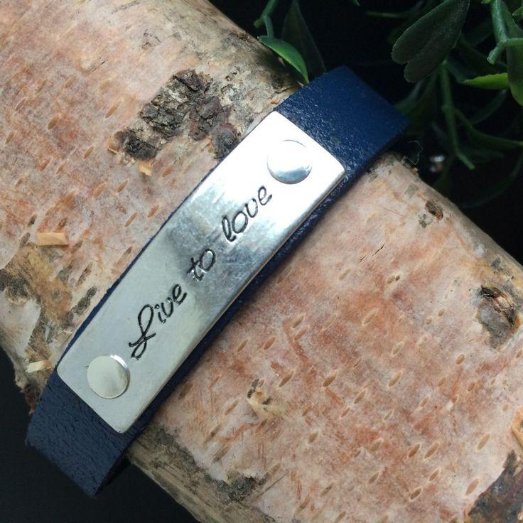 donkerblauwe armband met tekst live to love - kunstleder met metalen plaatje - 1,2 cm breed - plaatje 4 cm lang - op maat afstelbaar - valentijnscadeautje