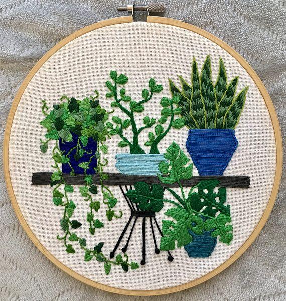 La mano bordó plantas y suculentas en un aro de 7 con la espalda cubierta.