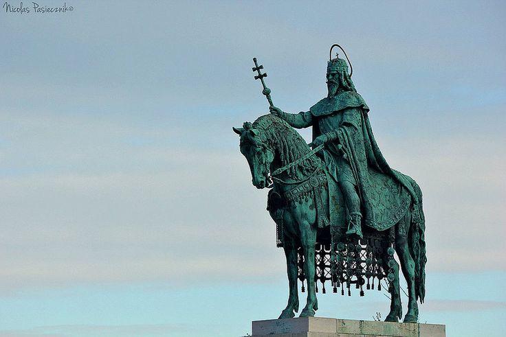 La estatua ecuestre del Rey Esteban, la cúpula mayor del Bastión y el techo multicolor de la Iglesia de San Matías conforman la postal más clásica del Bastión de los pescadores (e incluso de Budapest) - Hungría