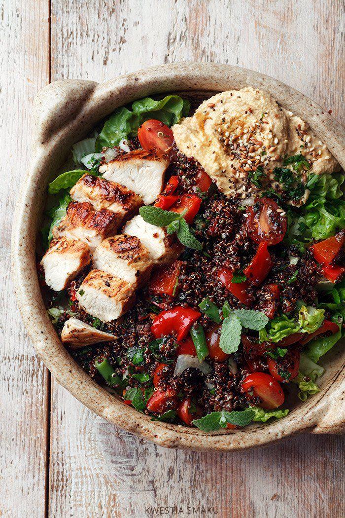 Sałatka z kurczakiem, quinoa i hummusem