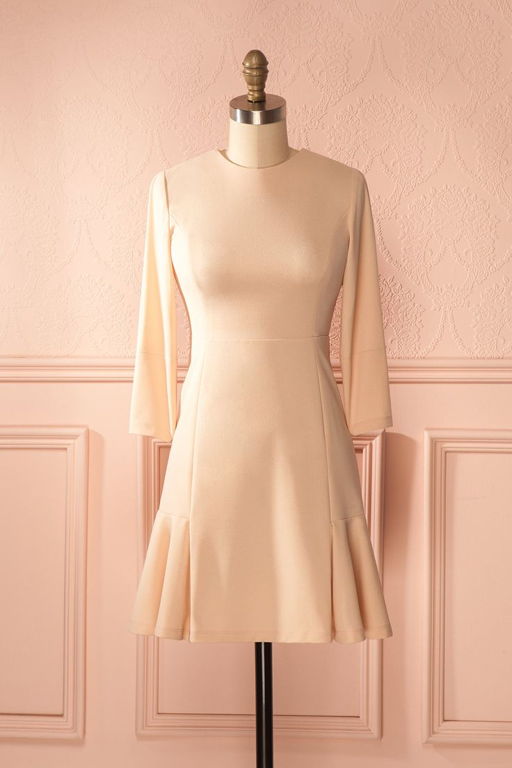 Le charme classique de cette dame est tel que tous lèvent leur chapeau sur son passage.  The classic charm of this lady is such that everyone tips their hat to her. Light pink half-sleeved ruffled trim dress https://1861.ca/collections/products/ayoka-blush