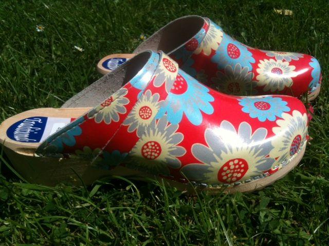 Design Red Flower  Partij hippe Zweedse klompen. Ideaal voor in en rond het huis en in de tuin. Maten 36/37, 38/39. 40/41. Nu voor 20 euro. Interesse? Stuur me een reactie.
