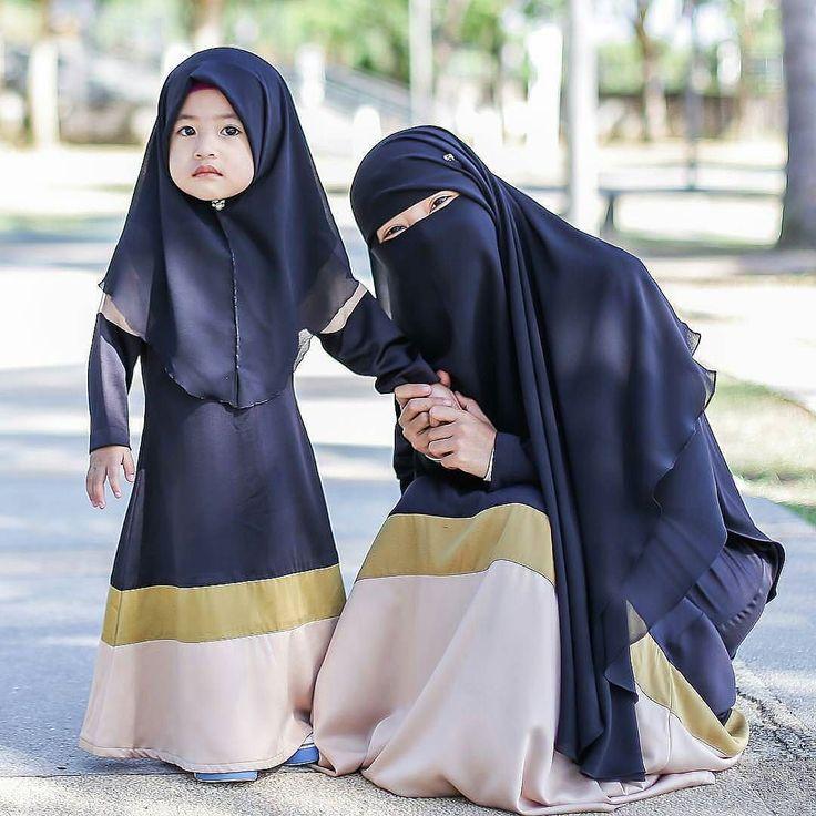 """ya Kalian akan mendapatkan gelar """"Wanita Sholeha"""" itu jika kalian berjalan di jalan yang lurus tetap istiqomah taat dan patuh pada apa yang di perintahkanNya serta menjahui segala apa laranganNya . . Tirulah beliau-beliau walau kalian tak akan sanggup menyamainya Semoga Allah mengangkat derajat kalian dan mengumpulkan kalian di JannahNya yang dihatinya tertanam rasa cinta padaNya..  . #Lensa #Muslimah Dari Sudut Yang Indah .  Like  Share and Tag 5 Sahabat Muslimahmu .  Follow…"""