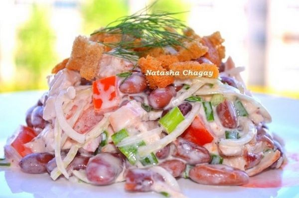 Салат с сухариками или чипсами