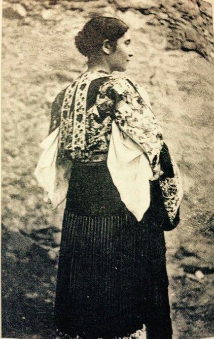 Donna sarda in abito tradizionale. @