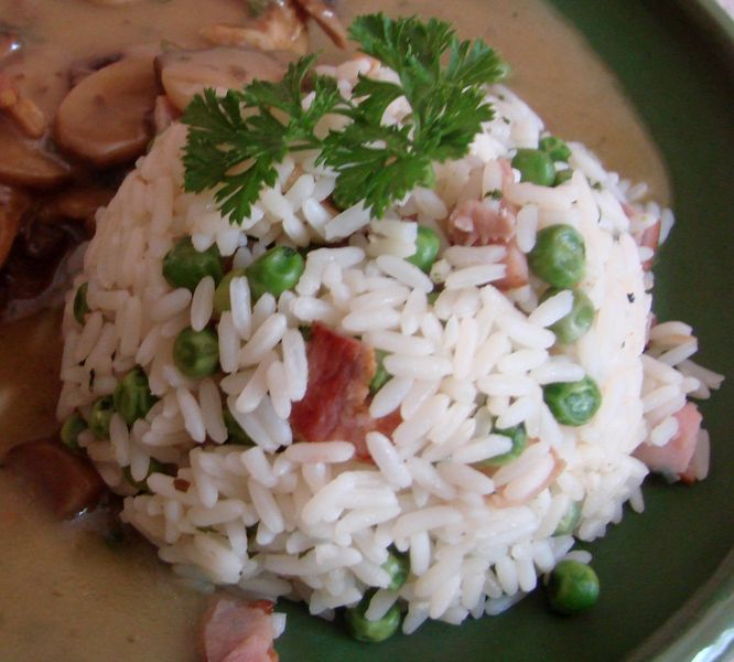 Rýži si uvaříme se solí a hřebíčkem. Pak ji scedíme. Mezitím si nakrájíme na malé kousíčky šunku, kterou orestujeme na másle či olivovém oleji. Při...