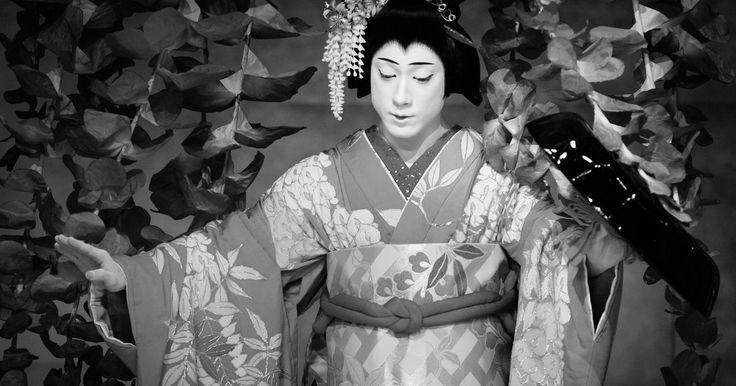 Qual é o significado dos tipos de feições Kabuki ?. O teatro japonês tem três formas principais: Noh, Kyogen e Kabuki. Enquanto os atores do Noh e do Kyogen usam máscaras estilizadas para informar o público a respeito de seus personagens, os atores do Kabuki pintam o rosto. Juntamente com as fantasias muito coloridas, a maquiagem Kabuki é um ícone desta forma de arte e mostra à plateia quem é cada ...